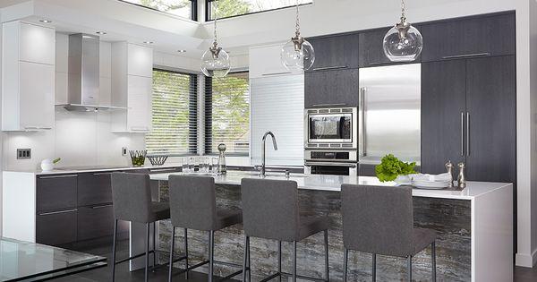 les armoires de cette cuisine lumineuse et contemporaine. Black Bedroom Furniture Sets. Home Design Ideas