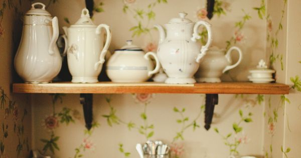 Hyllor med gammeldags porslin. (Shelves with vintage china ...