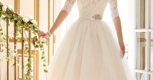 This short dress wedding dress is perfect for a vintage garden wedding!
