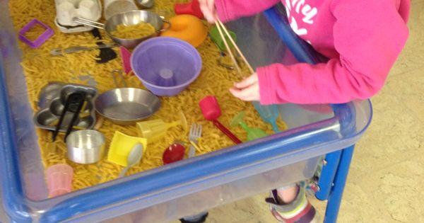Spelen met eten eindelijk mag het zintuiglijke activiteiten pinterest eten - Plaat hoek bakken ...