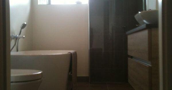 Strakke badkamer met warme hout tinten gestukadoorde wanden met douche gedeelte tegelstrips in - Italiaanse douche mosai dat ...