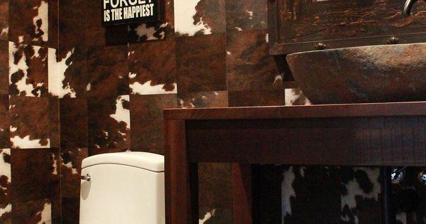 Petite salle de bain avec papier peint peau de vache for Petite armoire de salle de bain
