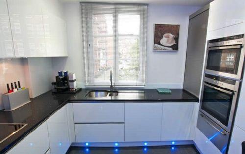 u form k che schwarzer granit und wei er lack k che. Black Bedroom Furniture Sets. Home Design Ideas