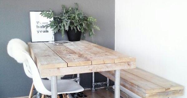 Silla eames en un comedor industrial con mesas y bancos for Mision de un comedor industrial