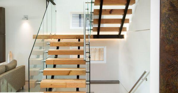 Fachada de casa moderna de dos pisos ecol gica con for Escaleras para casas de dos pisos