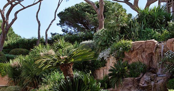 pos e sur les rochers du cap saint pierre la villa octopussy raconte le saint tropez des f tes. Black Bedroom Furniture Sets. Home Design Ideas