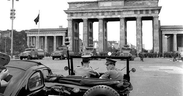 Wazzup2 Britische Militarpolizei In Einem Jeep Beobachtet Im August 1961 Auf Dem Platz Vor Dem Brandenburger Tor Die Aktivitaten Der Bewaffneten Streitkrafte Au