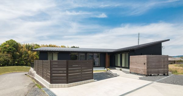 深みのある色合いの木製格子がプライバシーをしっかり守る平屋のお家