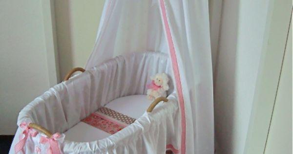 Deze wieg is bekleed met een lichte witte broderie met zachte glansdraad en is rondom afgewerkt - Romantische witte bed ...