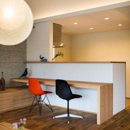 自然の恵みを感じる家の部屋 カウンターテーブル付き対面キッチン 和