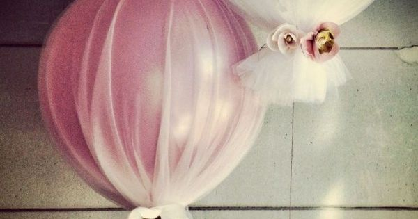 balloon + tulle. This is so easy looking and so beautiful, weight