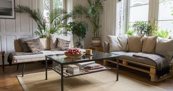 Wohnzimmer In Ikea Hus Story 4 Mit Sinnerlig Daybed Und Sofa Aus Paletten Davor Steht Ein