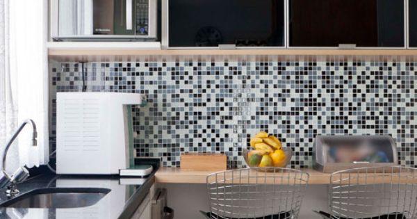 Apartamento de 105 m² é repleto de cores e arranjos de parede