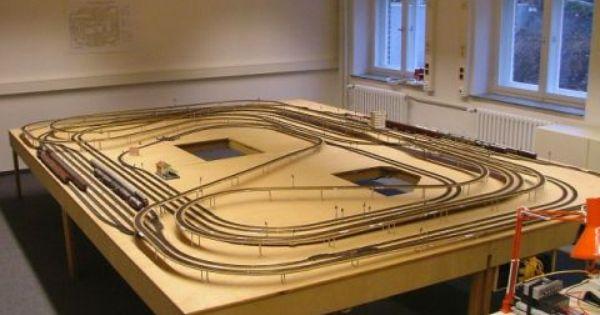 Goed voorbeeld van een tafel in het midden van de kamer voor de miniatuur treinen men kan van - Ligbad in het midden van de kamer ...