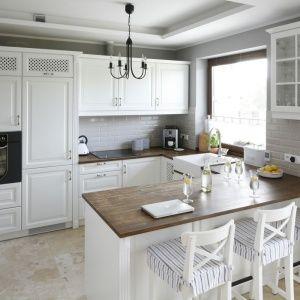 Aranzacja Tej Kuchni Jest Utrzymana W Angielskim Stylu Meble W Kolorze Zlamanej Bieli Sa Zdobne Z Dekoracy Kitchen Remodel Small Chic Kitchen Kitchen Remodel