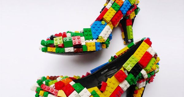 Pump with a twist–Legos ~ Décolleté fatta con i Lego British artist