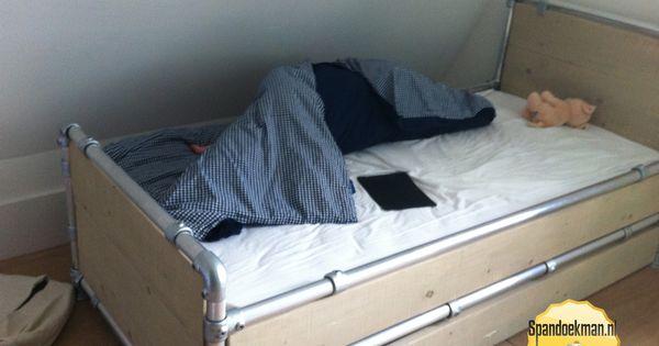 Bed gemaakt met behulp van buiskoppelingen steigerbuizen en steigerhout bed made out of tubes - Modern bed volwassen ...