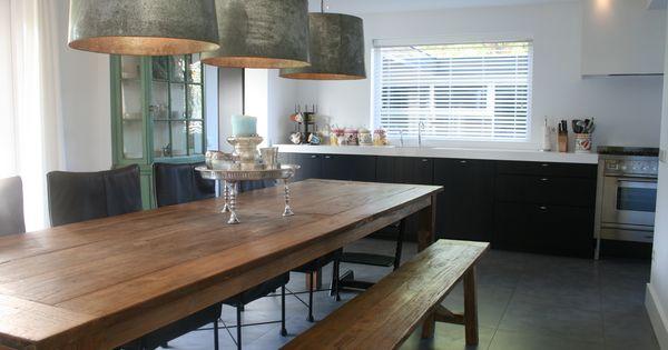 Eetkamer tafel met bijpassend bankje voor extra kontjes zwarte keuken met strak wit werkblad - Eetkamer keuken ...
