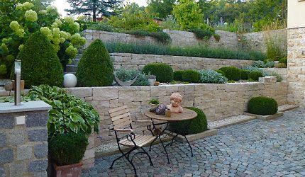 Gartenmauer Und Sitzplatz Gartengestaltung Gartenmauer Garten Landschaftsbau