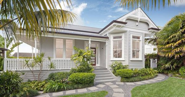 Lovely verandah and pathway at this queenslander house i for Queenslander exterior colour schemes