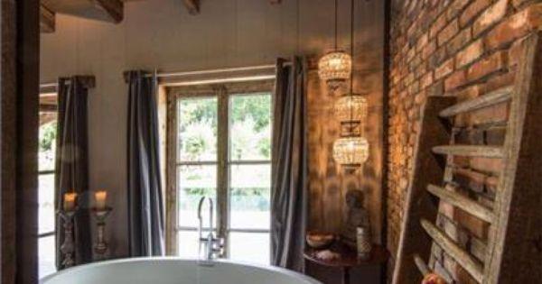 Modern vrij staand bad oude stenen muur houten balken en houten vloer droomhuis pinterest - Houten vloer hal bad ...