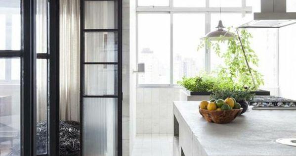 offene küche trennen glastür harmonikatür weiße küche pflanzen - offene küche trennen