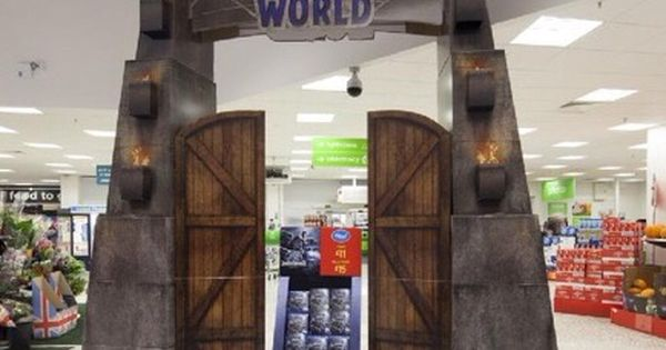 Expo Stands Krzysztof Sobiech : Very nice front of store display for new jurassic world