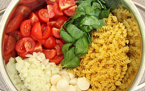 one pot pasta tomate mozzarella ein beliebtes rezept aus der kategorie pasta bewertungen 2. Black Bedroom Furniture Sets. Home Design Ideas