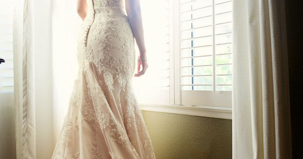 Amazing lace wedding dress + pose!!! Love, love and more love!!!