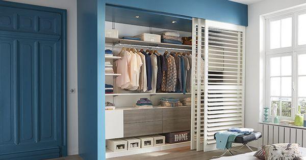 un coin dressing derri re des cloisons amovibles qui. Black Bedroom Furniture Sets. Home Design Ideas
