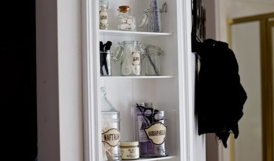 Amazing tutorial for how to DIY a built in shelf. She makes