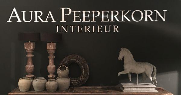 Kast met houten baluster lampen stenen potten en stenen paard aura peeperkorn interieur www - Interieur decoratie stenen huis ...