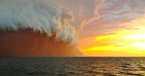 Incredible sight forms when dust storm and rain clouds ...