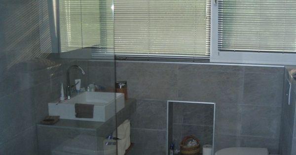 Moderne badkamer met leisteen grijze tegels voor zowel de wanden als de vloer inloopdouche - Moderne badkamer betegelde vloer ...