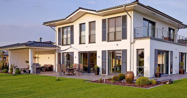 Moderne stadtvilla ber 180 qm wohnfl che massiv bauen in for Hausformen einfamilienhaus