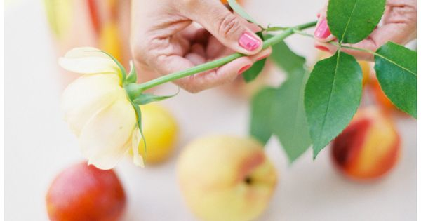 Learn how to make a pretty peach summer centerpiece in just 10 minutes and from things you already have at home. | See more about Summer Centerpieces, Centerpieces and Summer.