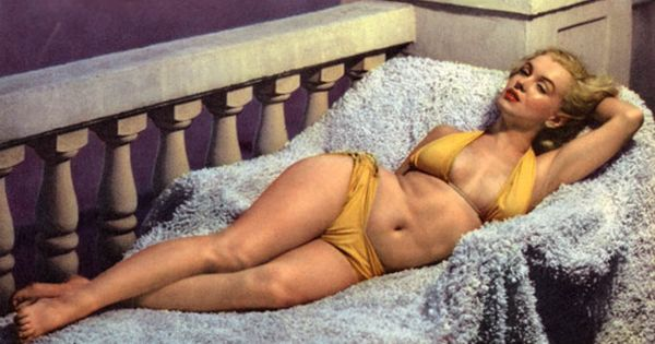 Marilyn Monroe circa 1951 The world's biggest icon! Her tummy isn't tightly