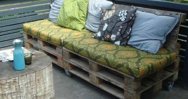 m bler lavet af paller her en sofa med rygl n store r. Black Bedroom Furniture Sets. Home Design Ideas