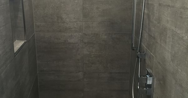 begehbare dusche graue fliesen in betonoptik geflieste sitzbank unsere renovierte wohnung. Black Bedroom Furniture Sets. Home Design Ideas