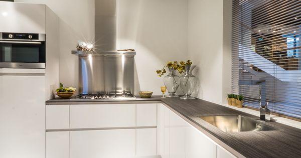 Moderne Keuken Kenmerken : Moderne keukens kenmerken zich door strakke ...