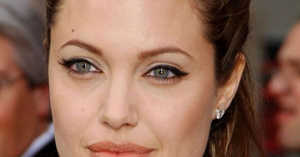 Angelina Jolie | Bradg... Shakira
