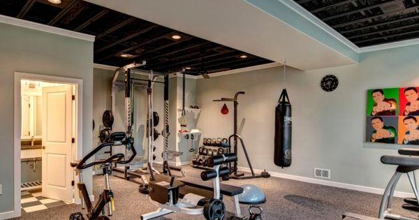 gro es heim fitnessstudio teppichboden hellblaue wandfarbe