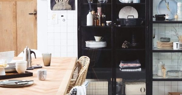 Stoere ijzeren apothekerskast met lange glazen deuren en een op maat gemaakte stalen tafel met - Studio stijl glazen partitie ...