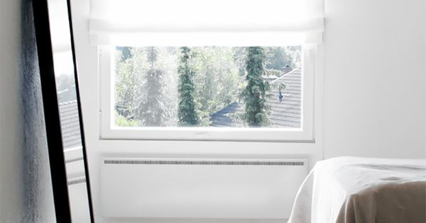 Een minimalistische kamer nog groter maken door een spiegel tegen de muur te zetten woonstijl - Grijze hoofdslaapkamer ...