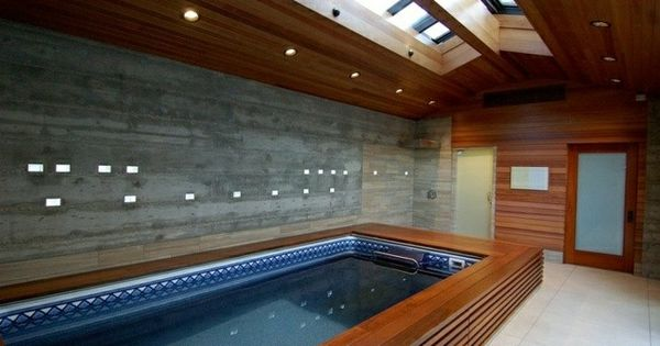 Peque a piscina cubierta con techo de madera proyectos for Techo piscina cubierta