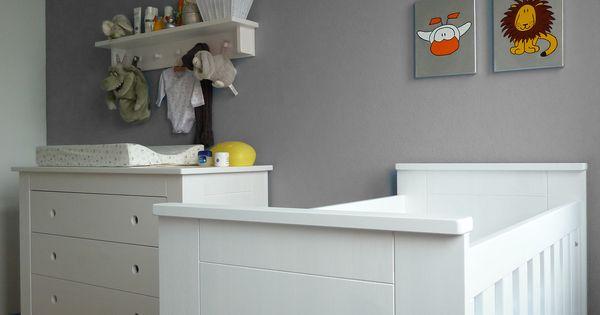 Babykamer in grijs een mooie rustige wand in grijs waarop de serie van dadada hangt in zilver - Deco kamer bebe blauw ...