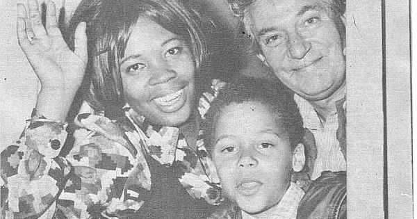 Actor Peter Finch with wife Eletha and son Chris in 1971 ...
