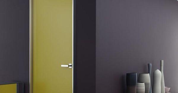 un mur sombre et des portes peintes dans des couleurs. Black Bedroom Furniture Sets. Home Design Ideas
