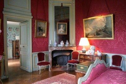 Chateau De Montgeoffroy Dans Le Village De Maze Entre Angers Et Saumur En Val De Loire Rouge Chambre Architecture Decoration Interieure