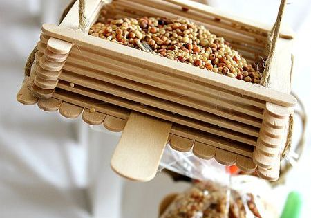 Popsicle Stick Bird Feeder More fun craft ideas --> http://www.sewmuchcraftiness.com